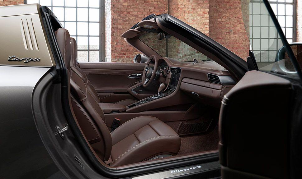 Porsche 911 Targa 4 GTS Exclusive Manufaktur Edition Innenraum durch offene Beifahrertür