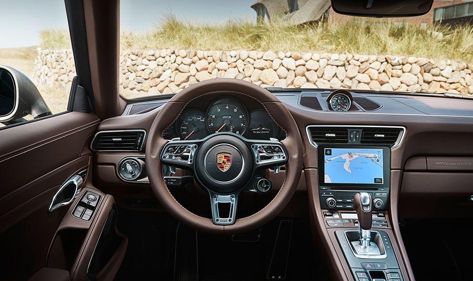 Porsche 911 Targa 4 GTS Exclusive Manufaktur Edition Cockpit Sylt auf Navibildschirm