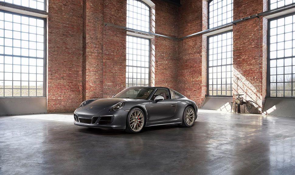 Porsche 911 Targa 4 GTS Exclusive Manufaktur Edition schräg links vorne, in großer, alter Fabrikhalle