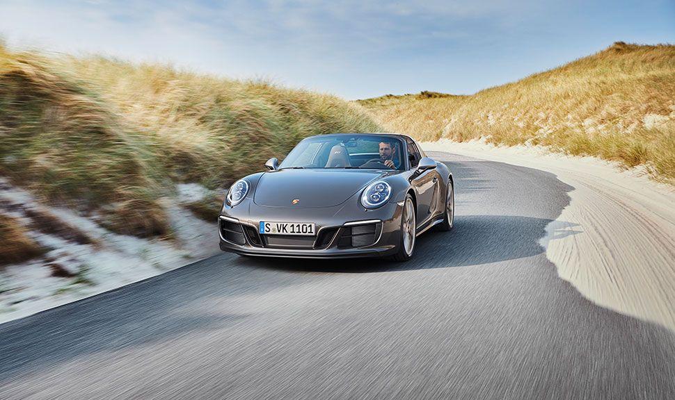 Porsche 911 Targa 4 GTS Exclusive Manufaktur Edition Frontansicht links versetzt, fahrend auf Sylt