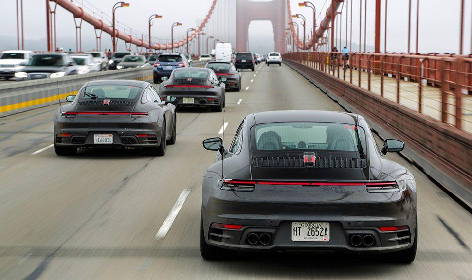 Lediglich leicht getarnte Porsche-911-Erlkönige fahren in Kolonne auf der Golden Gate Bridge