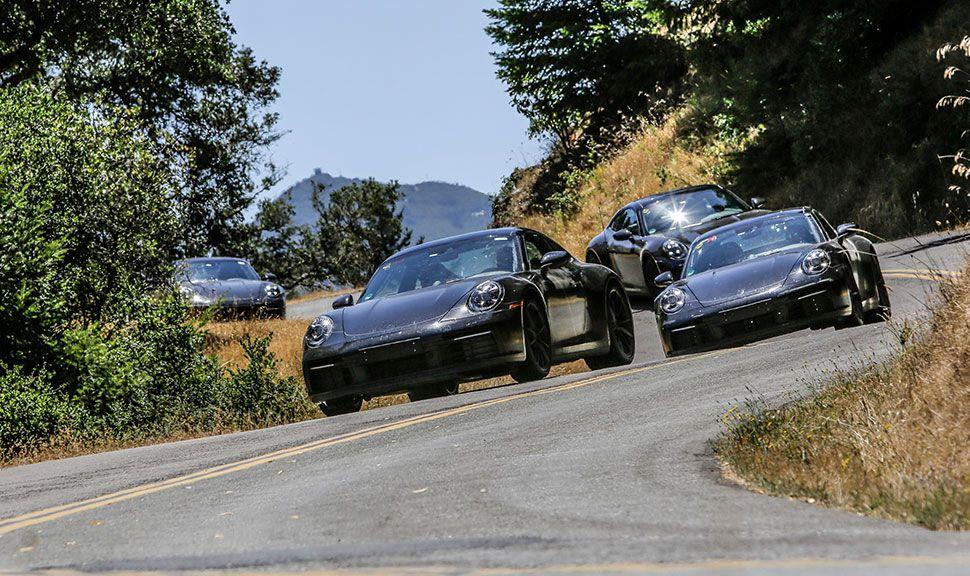 Porsche 911 (992) von vorne hintereinander auf Highway fahrend