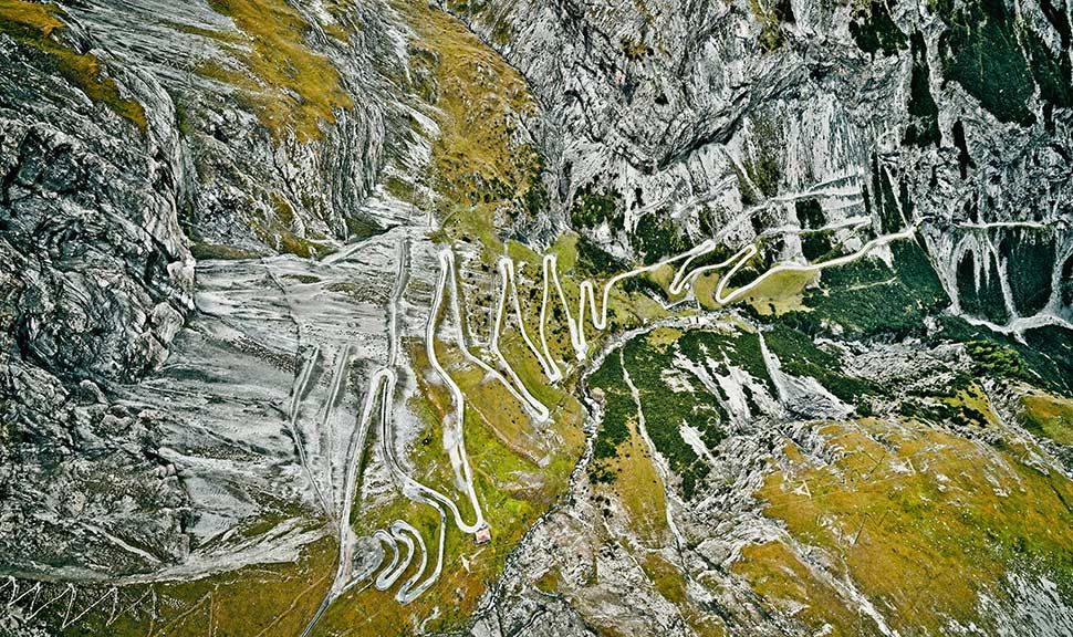 Luftaufnahme von den Serpentinen des Stilfserjochs