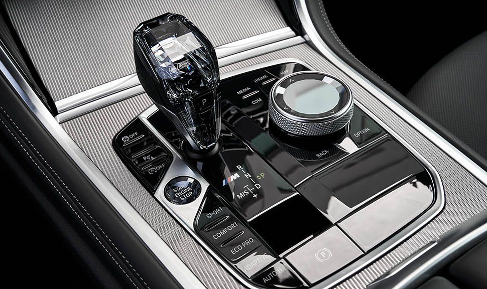 Gläserner Gangwahlhebel im BMW M850i