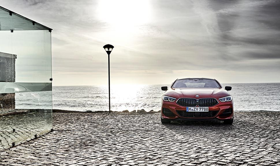 BMW M850i Frontalansicht am Strand