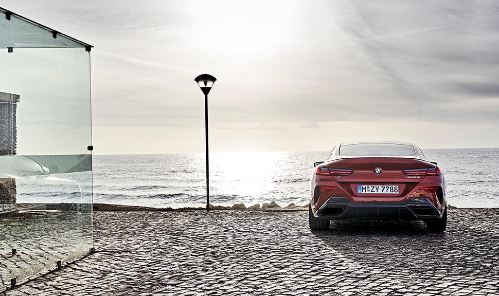 BMW M850i Heckansicht am Strand