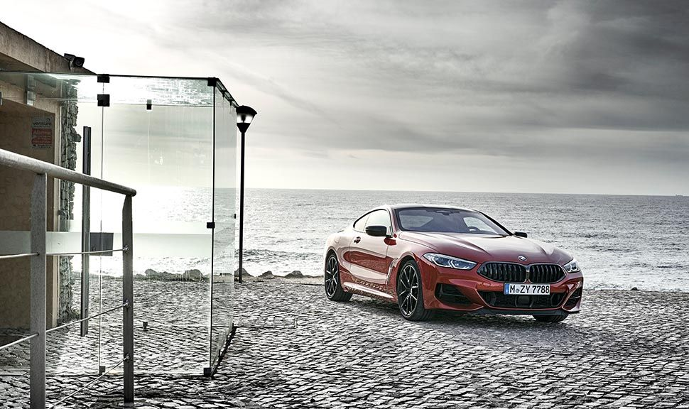 BMW M850i schräg rechts vorn Ansicht am Strand