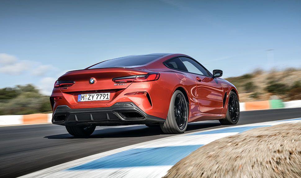 BMW M850i fährt auf Rennstrecke durch Kurve