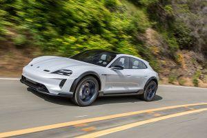 Porsche E Cross Turismo auf Highway fahrend, schräg links vorne