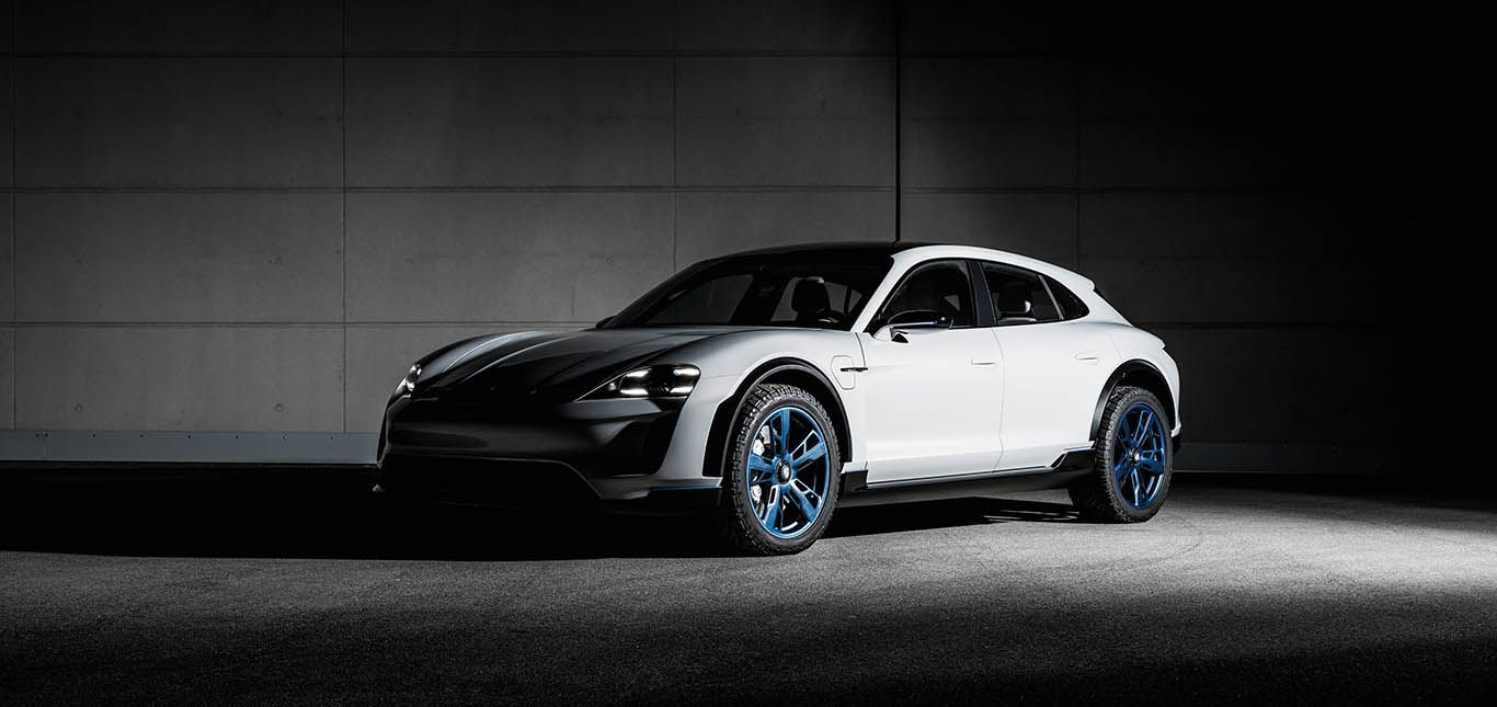 Porsche E Cross Turismo im Halbdunkel schräg links vorne