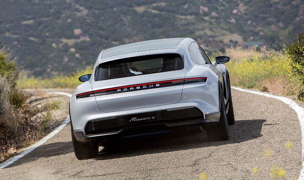 Porsche E Cross Turismo Heckansicht, auf Landstraße fahrend