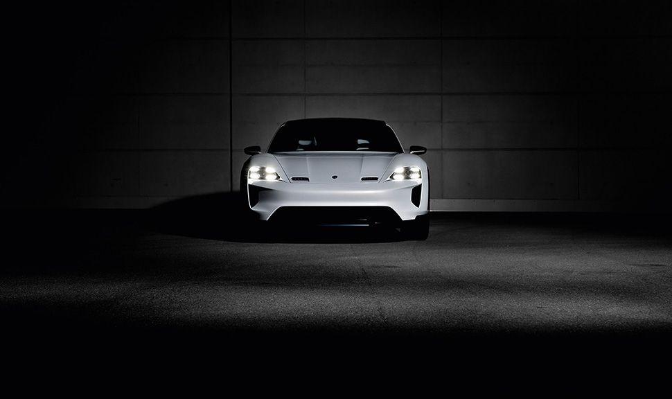 Porsche E Cross Turismo Halbdunkel Frontalansicht