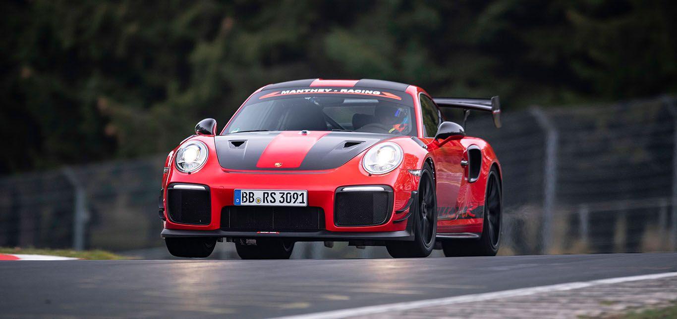 Roter Porsche 911 GT2 RS MR fährt auf Nürburgring Nordschleife