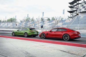 Grüner Porsche Panamera Sport Turismo GTS und roter Porsche Panamera GTS