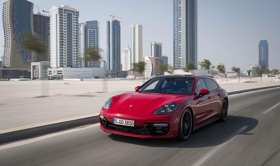 Roter Porsche Panamera Sport Turismo GTS