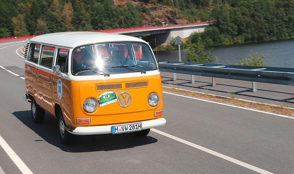 VW Bulli auf der Landstraße