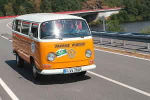 VW Bulli T2 auf der Landstraße
