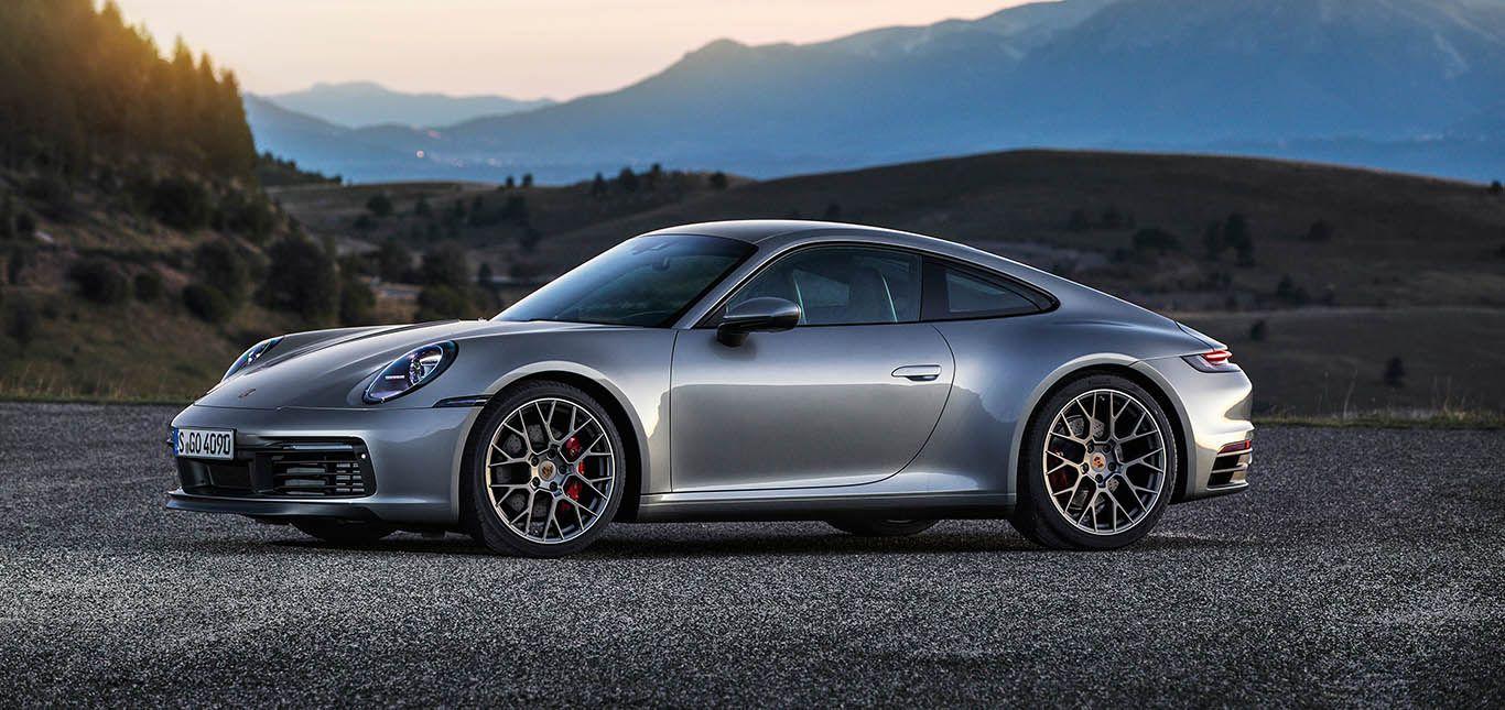 Silberner Porsche 911 992 leicht nach vorne links verschobene Seitenansicht