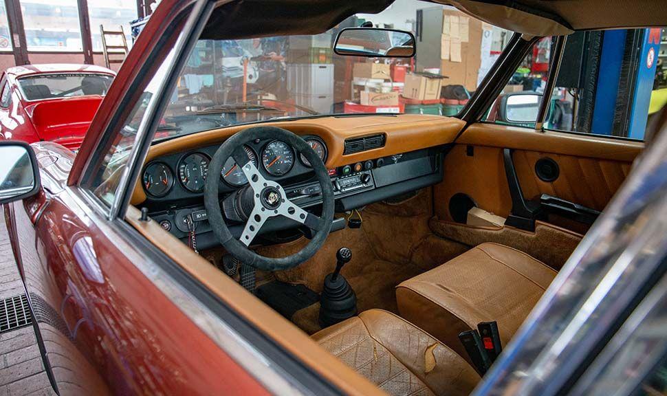 Blick durchs offene Fenster in den Innenraum eines klassischen Porsche 911