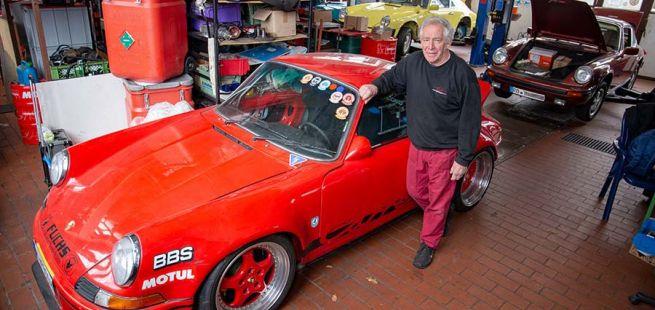 Herwig Roitmayer vor seinem roten Porsche 911 in seiner Werkstatt