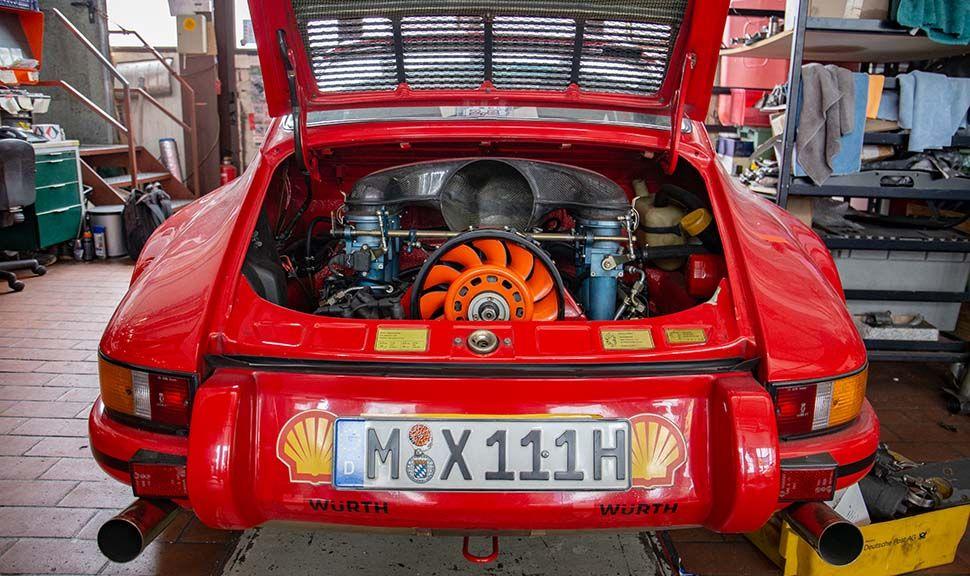 Heckansicht Porsche 911, Rot, offene Motorhaube