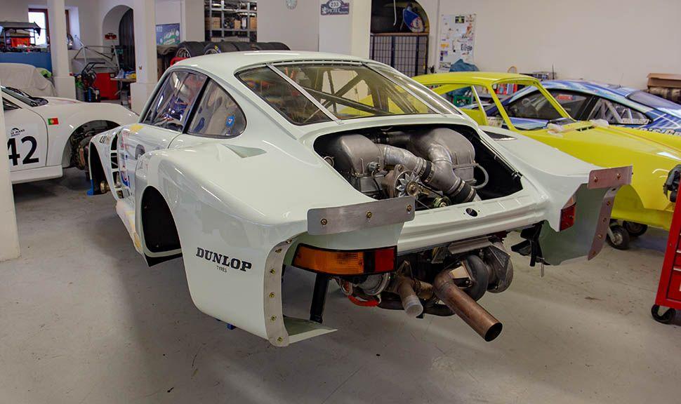 Porsche 935 hinten links mit offenem Motorraum
