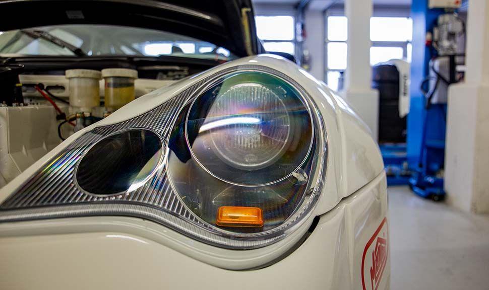 Detailaufnahme linker Scheinwerfer Porsche 996 GT3 RSR