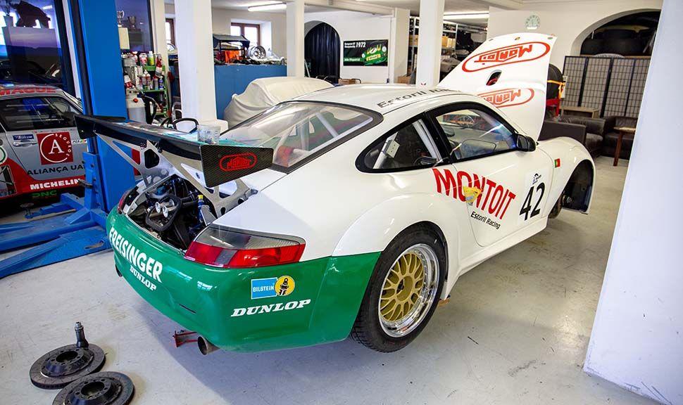 Porsche 996 GT3 RSR schräg rechts hinten mit offenen Hauben