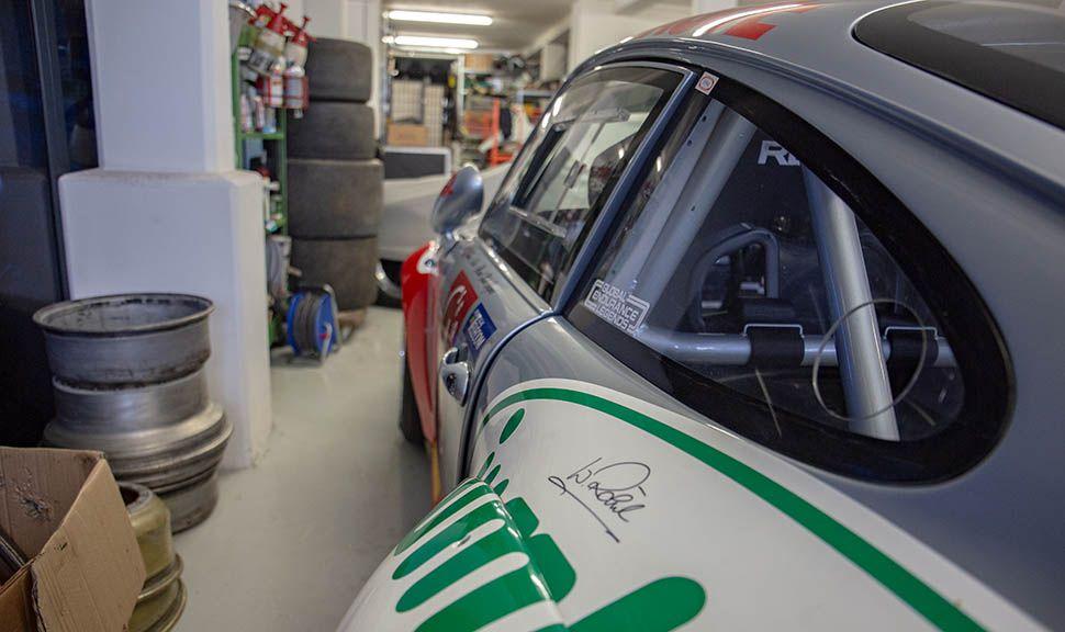 Autogramm von Walter Röhrl auf dem linken hinteren Kotflügel eines Porsche 993 GT2