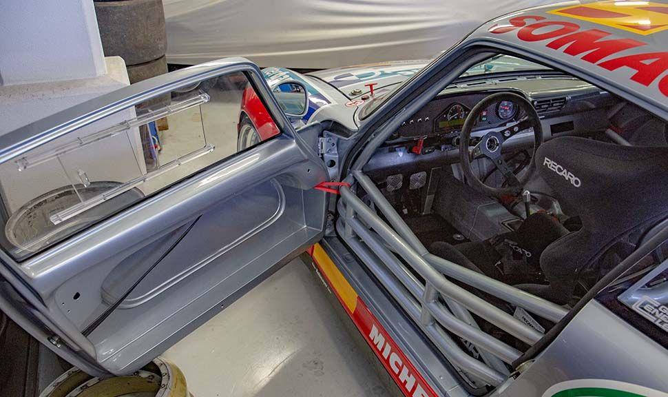 Porsche 993 GT2 Blick durch die offene Fahrertür über die Käfigstreben in den Fahrerraum