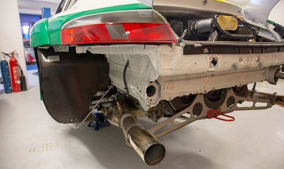 Heck des Porsche 996 GT3 RSR ohne Stoßstange und Räder