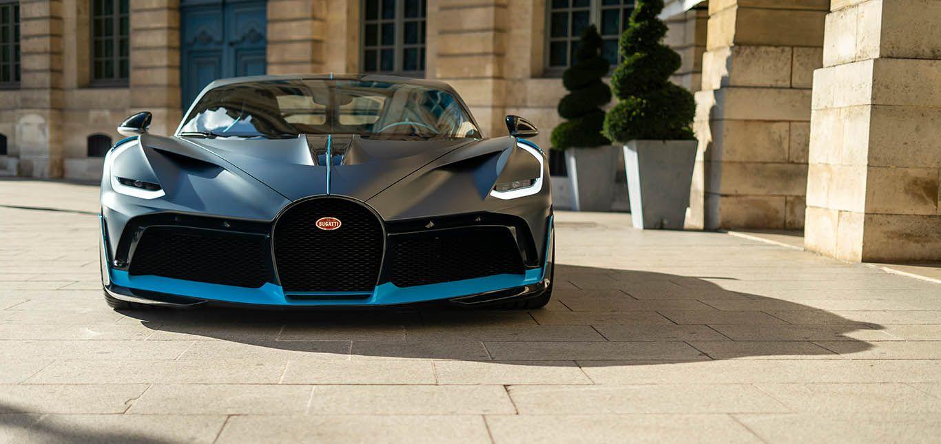 Schwarz-blauer Bugatti Divo vor herrschaftlichem Gebäude, Frontalaufnahme