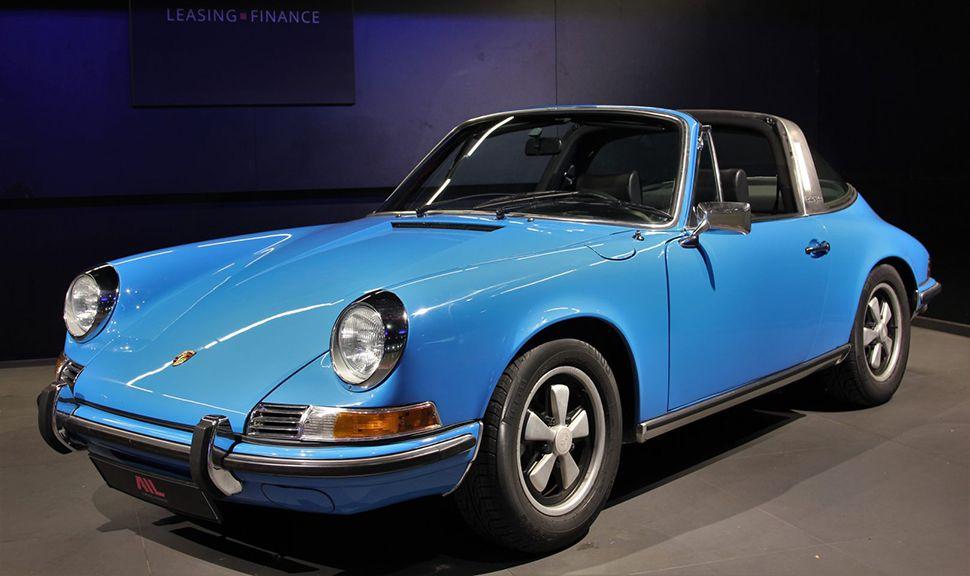 Halbseitenansicht eines Porsche 911 T Oelklappe.