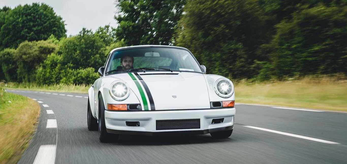 Paul Stephens Porsche Le Mans Classic Clubsport von vorne, auf Landstraße fahrend