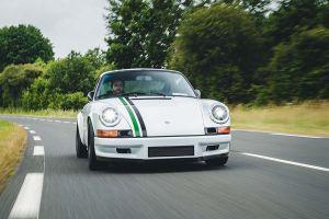 Paul Stephens Porsche Le Mans Classic Clubsport von vorne, fahrend auf Landstraße