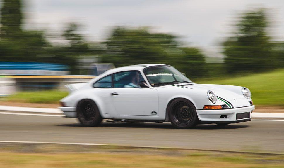 Paul Stephens Porsche Le Mans Classic Clubsport von der Seite, fahrend auf Rennstrecke