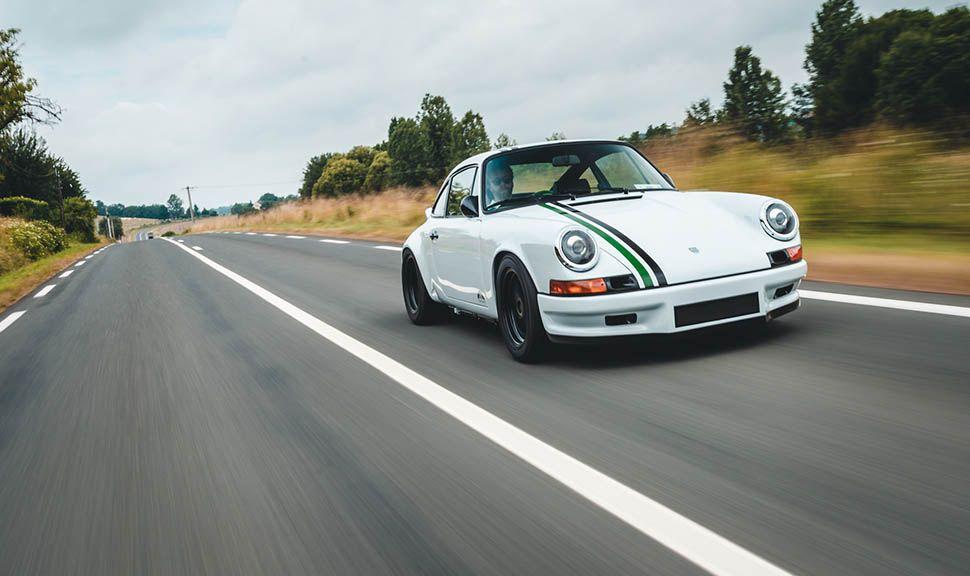 Paul Stephens Porsche Le Mans Classic Clubsport von vorne rechts, fahrend auf Landstraße