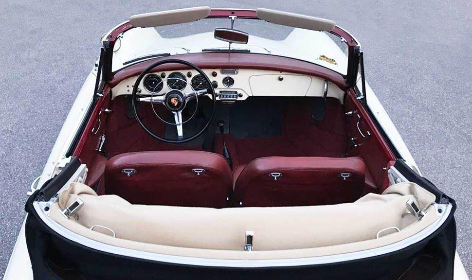 Elfenbeinweißes Porsche 356 B Cabrio mit offenem Verdeck, Blick von hinten über die Motorhaube in den Innenraum
