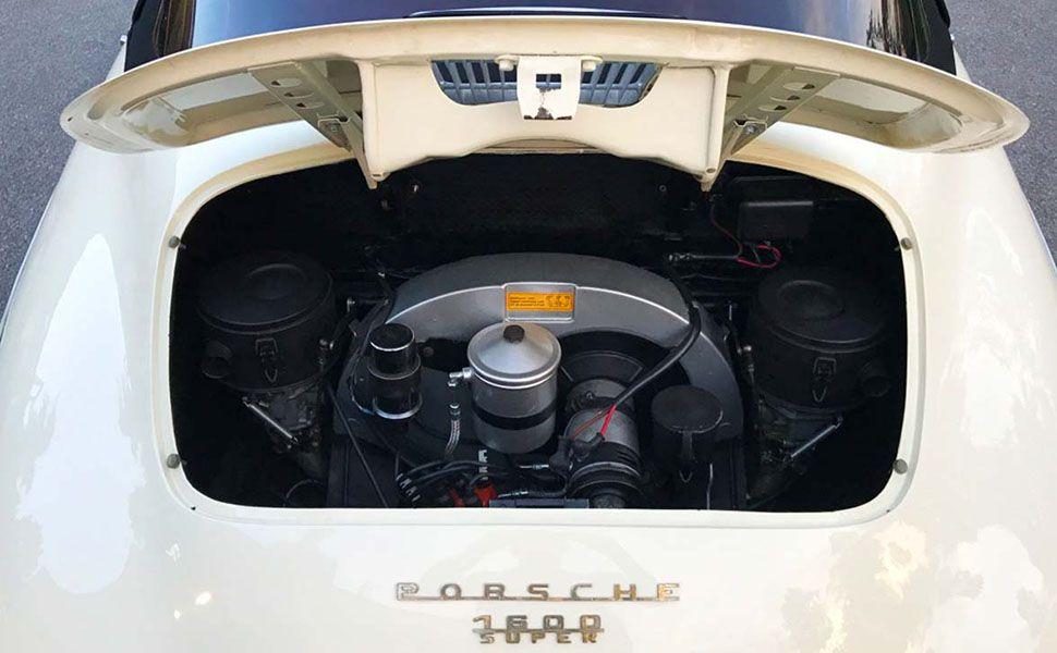 Geöffnete Motorhaube mit frontalem Blick auf den Motor eines elfenbeinweißen Porsche 356 B Cabrio