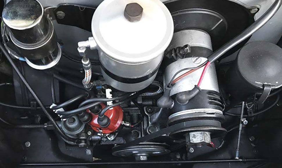 Blick auf den Motor eines elfenbeinweißen Porsche 356 B Cabrio