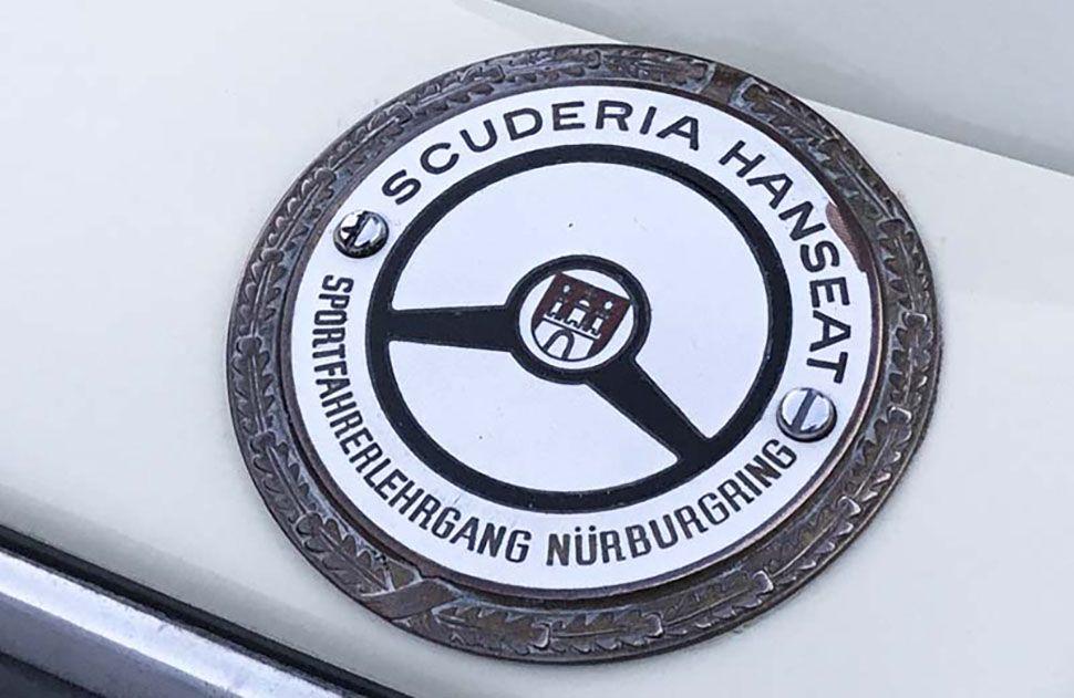 Plakette am Porsche 356 B Cabrio vom Sportlehrgang Nürburgring der Scuderia Hanseat