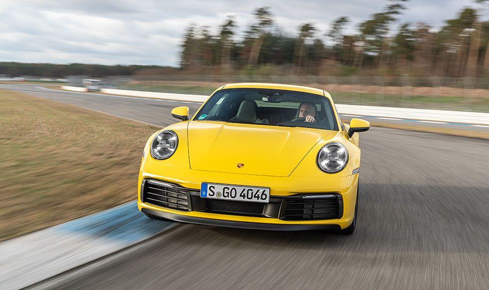 Gelber Porsche 911 von vorne auf Rennstrecke