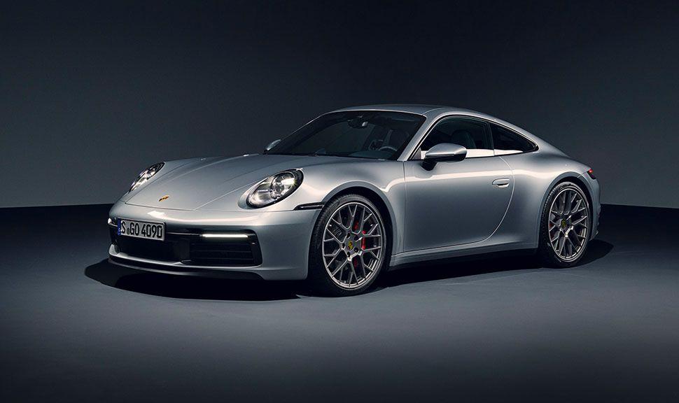 Silberner Porsche 911 von schräg links vorne, stehend