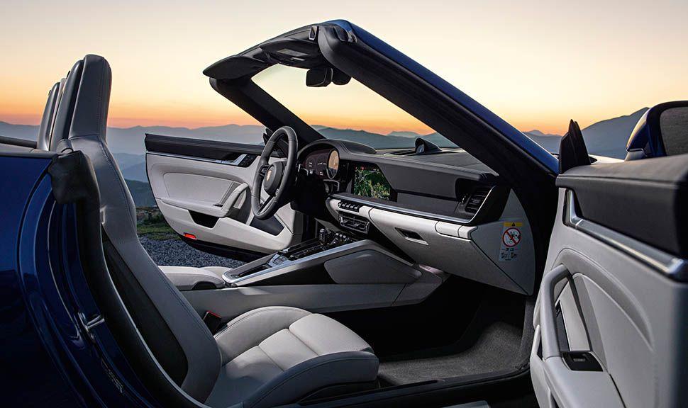 Blick durch die Beifahrertür in den Innenraum des offenen Porsche 911 Cabrios