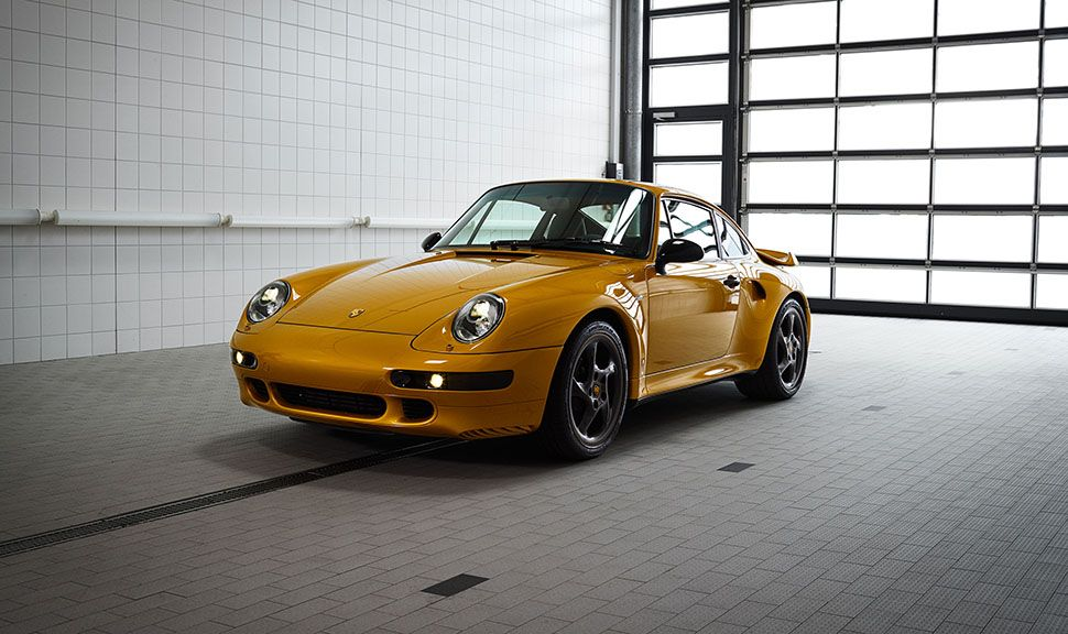 Porsche 993 turbo Gold in Garage stehend, schräg links vorne