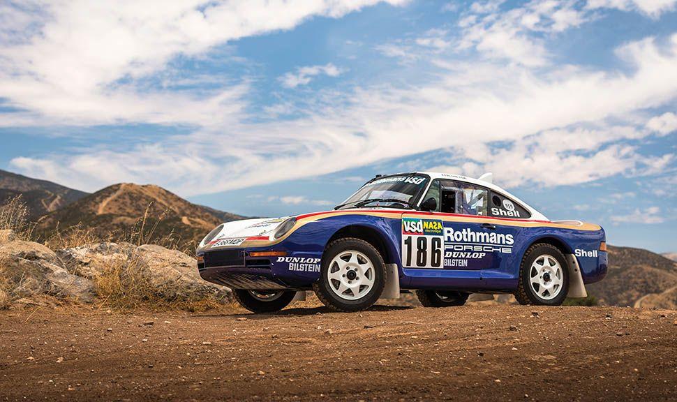Porsche 959 Paris-Dakar Rallyeauto im Schotter stehend, von schräg unten links vorne