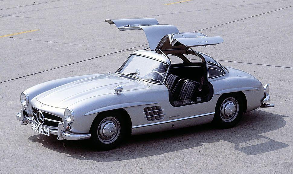Silberner Mercedes 300 SL Flügeltürer mit offenen Türen