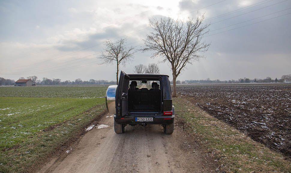 Mercedes G500 von hinten mit offenem Kofferraum