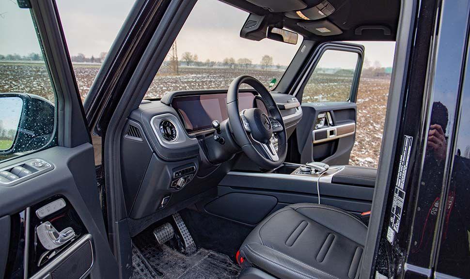 Blick durch die Fahrertür in den Innenraum des Mercedes G500