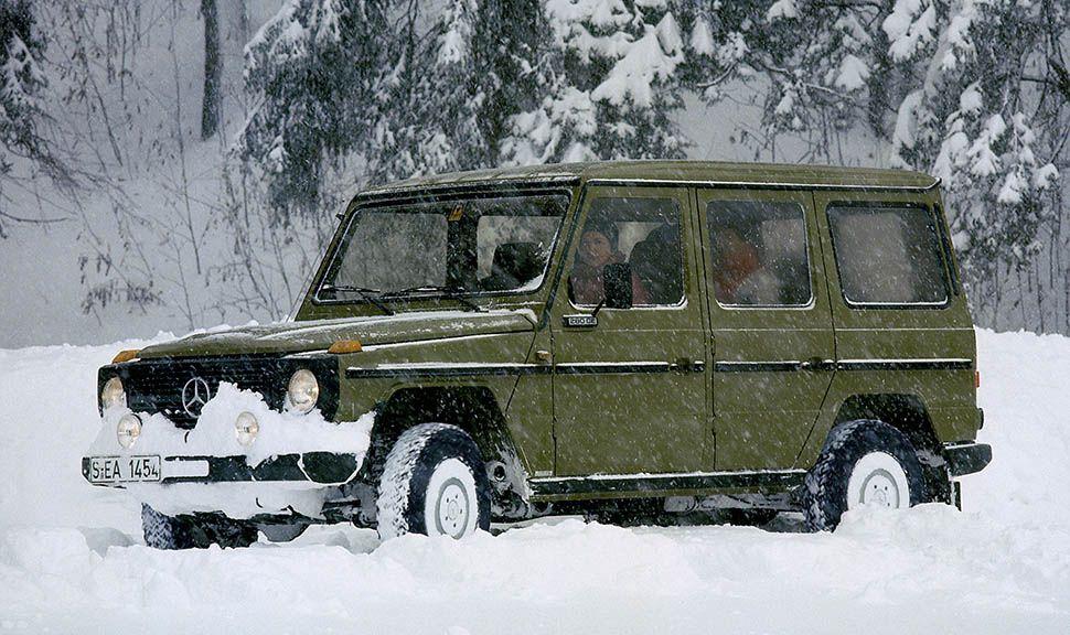 Meredes G-Klasse fährt durch hohen Schnee